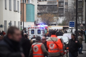 Ambulances and police officers gather in front of the offices of the French satirical newspaper Charlie Hebdo. (Photo: Antoine Antoniol/Getty Images)