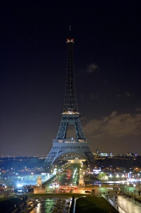 As a tribute for the victims of yesterday's terrorist attack the lights of the Eiffel Tower were turned off for five minutes. (Photo: Aurelien Meunier/Getty Images)