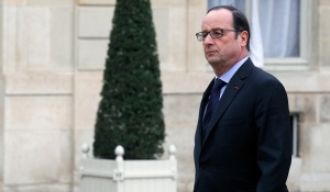 French President Francois Hollande returns to the presidential Elysee palace after holding a crisis meeting with French prefects at the Interior Ministry. (Photo: Thierry Chesnot/Getty Images)