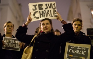 """A woman holds up a """"Je Suis Charlie"""" placard at a vigil outside The French Institute in London on January 9, 2015 for the 12 victims of the attack on the Paris offices of satirical weekly Charlie Hebdo. (Photo: JUSTIN TALLIS/AFP/Getty Images)"""