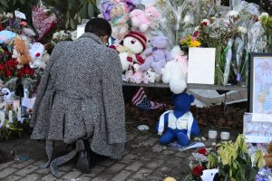 (A woman visits the memorial to Sandy Hook shooting victims in Newtown, CT, on Thursday, December 20, 2012/Credit: Mike M. Ahlers via CNN)