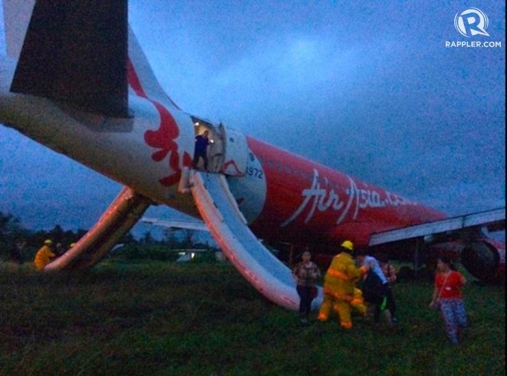OVERSHOT LANDING. Passengers disembark through an emergency slide at the rear end of the AirAsia plane on December 30, 2014. Photo by Jet Damazo-Santos/Rappler