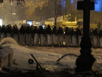 These pictures are shot shortly before midnight 27.01.2014. They show the frontline on Hrushevsky street. About 50 metres separate the protesters from the Berkut anit-riot police. (Photo: Anonymous iReport)