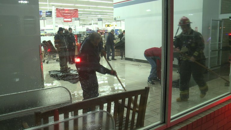 A frozen pipe caused a leak at a Hy-Vee in Des Moines Friday (WHO-HD)