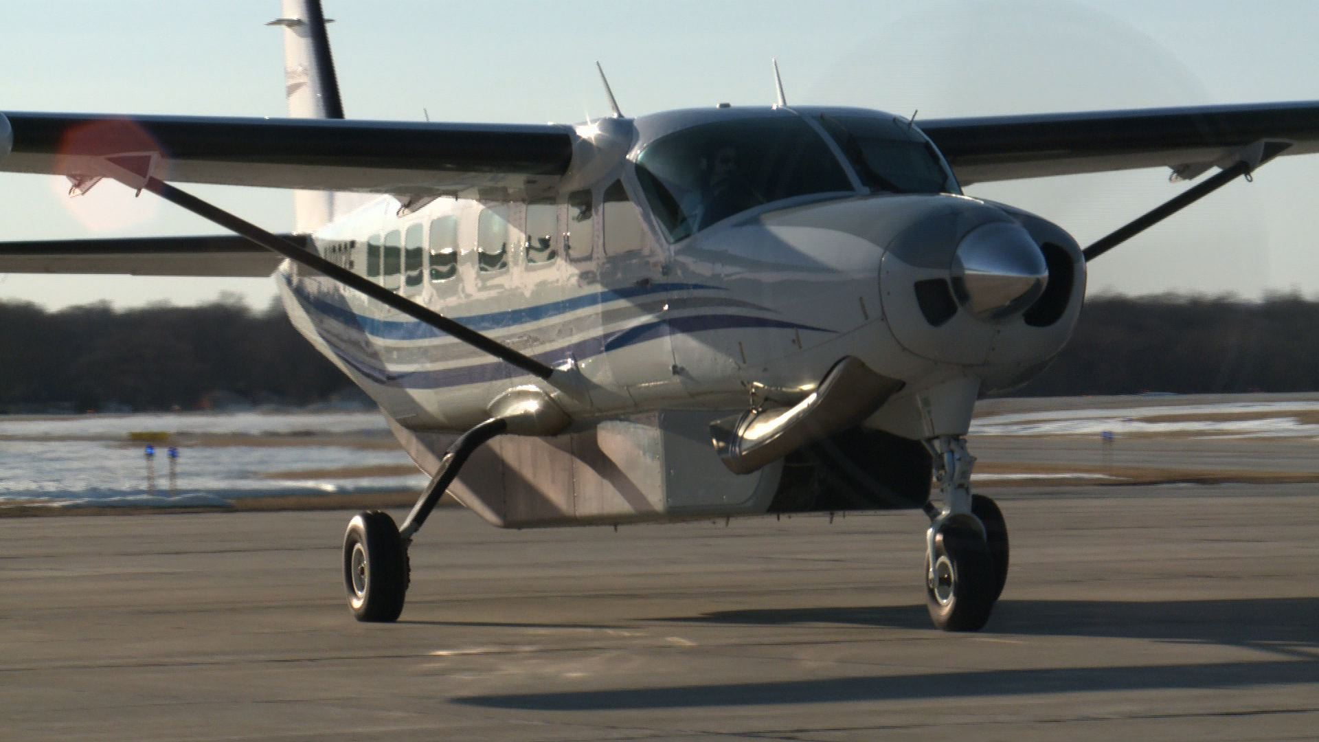 An Air Choice One flight lands at Fort Dodge Airport ( Roger Riley WHO-HD photo)