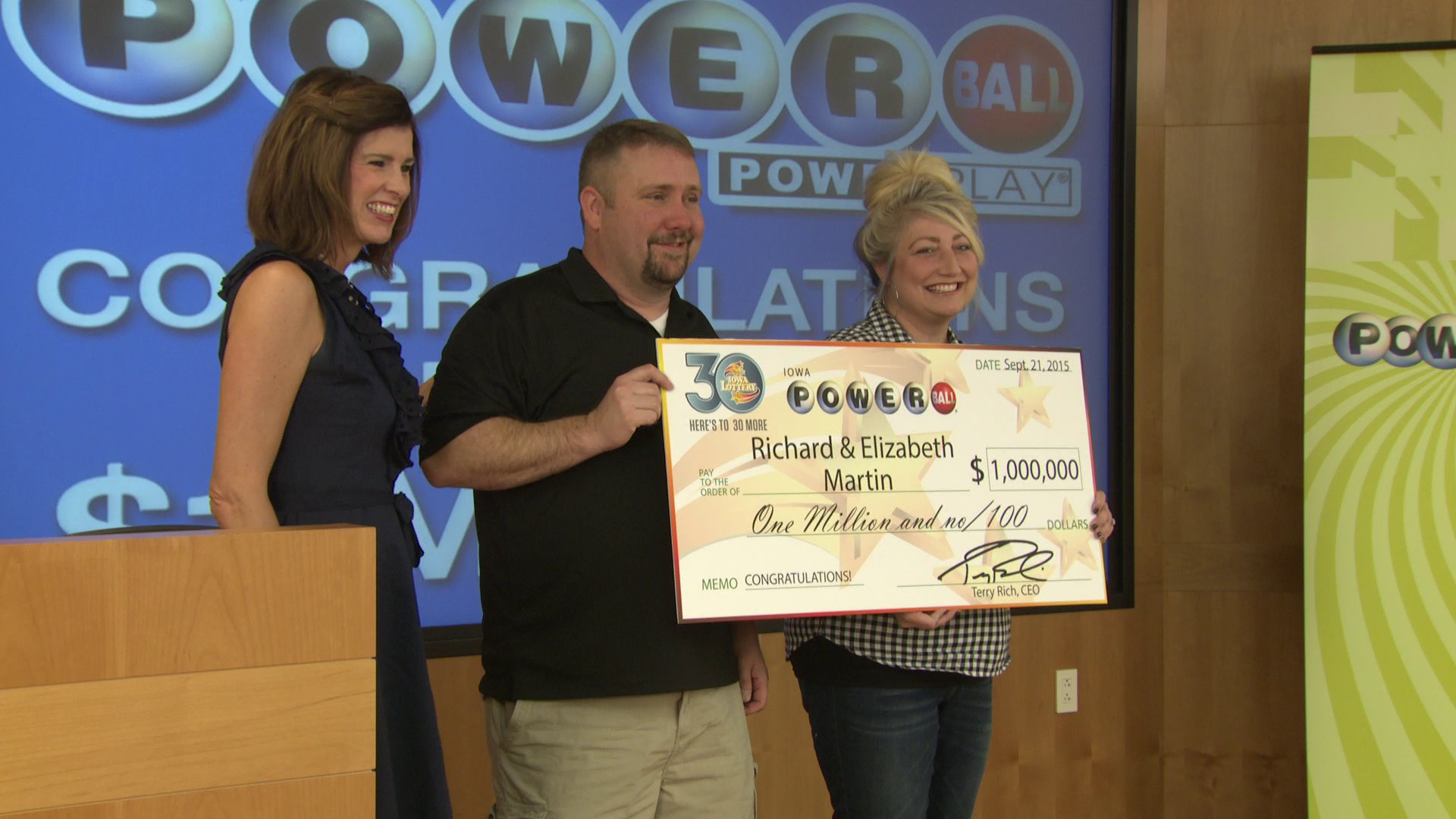 Richard and Elizabeth Martin accept Powerball prize. (WHO-HD)