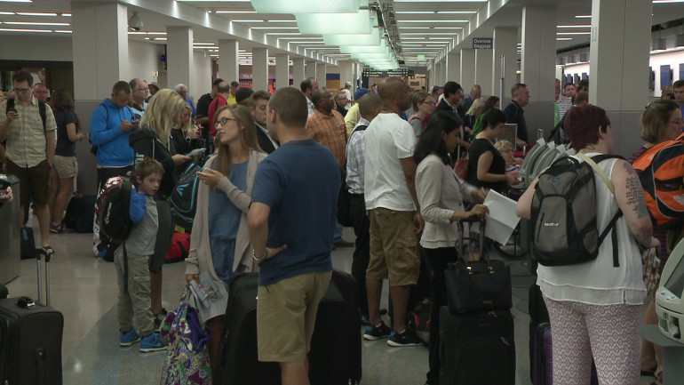 Delta travelers delayed because of computer system outage. (WHO-HD)
