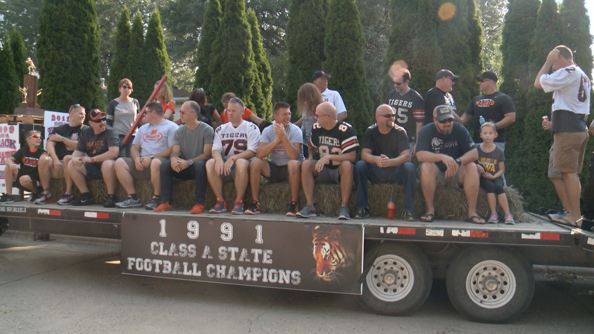 Madrid's State Champiojn Football and Track teams road a float to honor the late coach, Randy Hinkel. (Roger Riley WHO-HD)