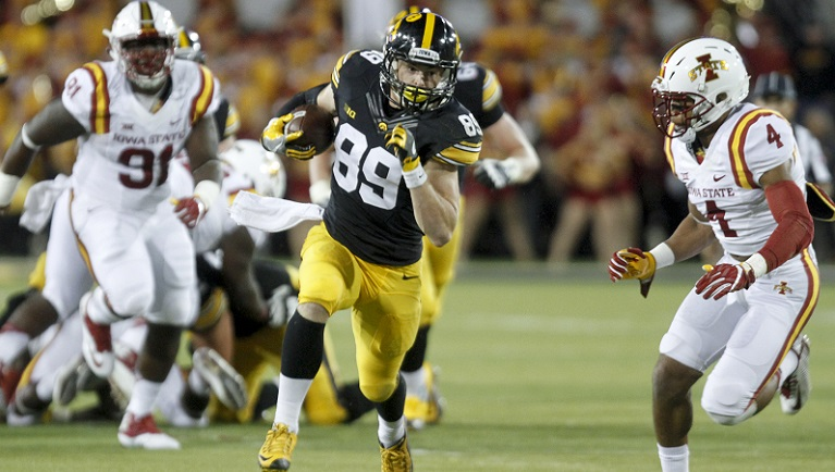 IOWA CITY, IOWA- SEPTEMBER 10: Wide receiver Matt VandeBerg #89 of the Iowa Hawkeyes runs up the field during the third quarter in front of defensive back Everett Edwards #4 of the Iowa State Cyclones on September 10, 2016 at Kinnick Stadium in Iowa City, Iowa. (Photo by Matthew Holst/Getty Images)