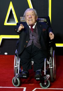 """LONDON, ENGLAND - DECEMBER 16: Kenny Baker attends the European Premiere of """"Star Wars: The Force Awakens"""" at Leicester Square on December 16, 2015 in London, England. (Photo by Chris Jackson/Getty Images)"""