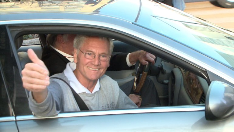 Don Siegelman waves to supporters on 20th Street in downtown Birmingham, on his way home to Vestavia. (WHNT News 19)