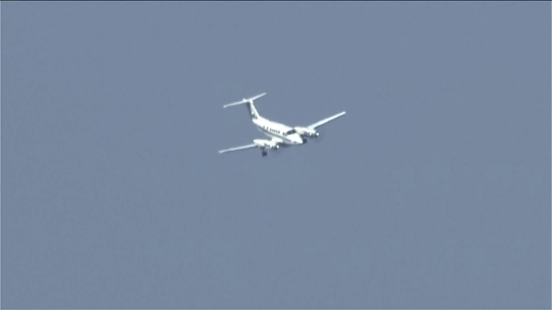 (1/4) Plane prepares to land at WRWA after experiencing landing gear malfunction