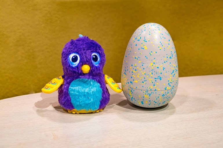 Hatchimals Glitter feature sparkly Pengualas and Draggles that hatch out of a sparkly egg.