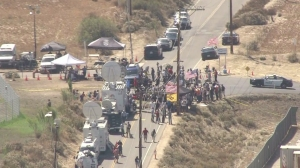 Protesters, police and media waited for the possible arrival of 140 undocumented immigrants in Murrieta on July 4, 2014. (Credit: KTLA)
