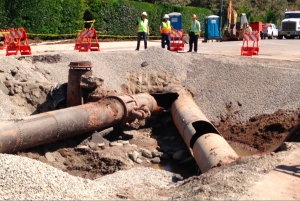 DWP crews have cleared the area around the broken pipe and are prepared to begin repairs. (Credit: KTLA)