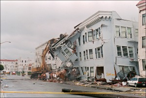 The front of an apartment building in San Francisco's Marina District is ripped off on Oct. 21, 1989, following the Loma Prieta earthquake. (Credit: JONATHAN NOUROK/AFP/Getty Images)