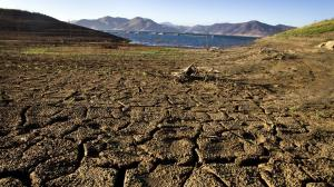 The banks of Diamond Valley Lake in Hemet are dry and cracked in this photo.  (Credit: Allen J. Schaben / Los Angeles Times)