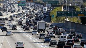 A few motorists take advantage of the FasTrak carpool lane on the 110 Freeway. (Credit: Luis Sinco / Los Angeles Times)