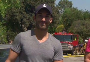 Actor Justin Baldoni smiles at a KTLA camera on March 20, 2015, after a fire at his mother's home in Burbank. (Credit: KTLA)
