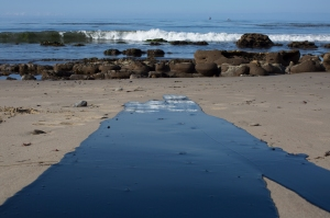 Oil flows toward the ocean from an inland oil spill near Refugio State Beach on May 20, 2015. (Credit: David McNew/Getty Images)