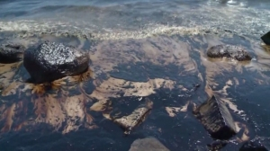 Oil darkens ocean waters off Refugio State Beach on May 20, 2015. (Credit: KTLA)