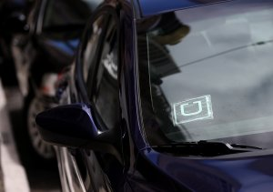 A sticker with the Uber logo is displayed in the window of a car on June 12, 2014, in San Francisco. (Credit: Justin Sullivan/Getty Images)