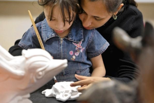 Yelitza Padron helps her daughter, Alison Jimenez, age 4, work on a craft at the Gault Street Elementary School parent center. (Credit: Katie Falkenberg, Los Angeles Times)