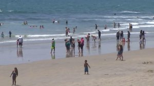 Beachgoers escape the heat wave in Newport Beach on June 17, 2016. (Credit: KTLA)