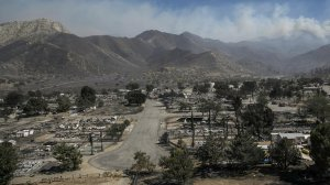 The wildfire still rages in the mountains after flames raced through a South Lake neighborhood. (Credit: Marcus Yam / Los Angeles Times)