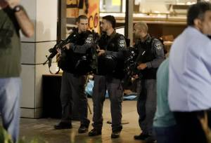 Israeli security forces gather at a shopping complex in the Mediterranean coastal city of Tel Aviv following a shooting attack on June 8, 2016. (Credit: JACK GUEZ/AFP/Getty Images)
