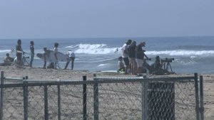 People prepare to cool off at Huntington Beach before a heat wave comes through Southern California on July 21, 2016. (Credit: KTLA)