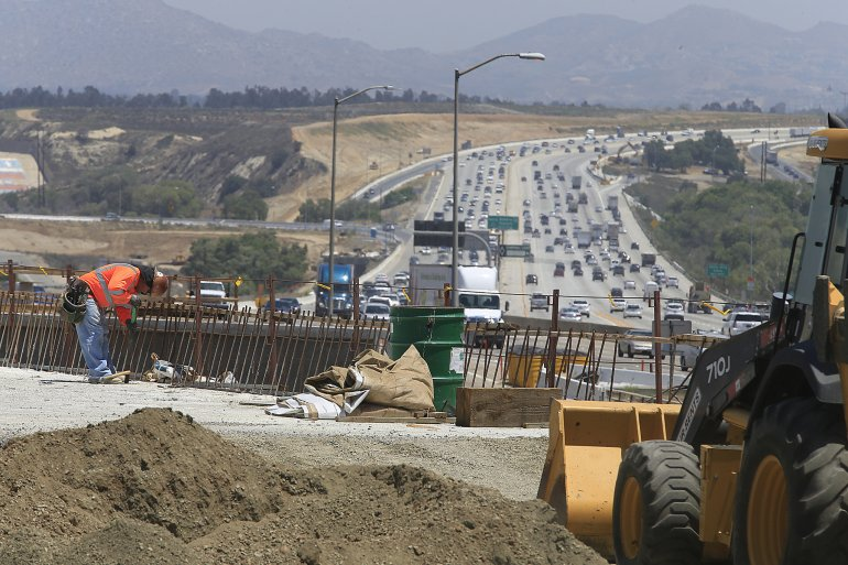 Construction crews work along the 91 Freeway near Green River Road in the Corona area in 2015 amid ongoing work as part of the 91 Project. (Credit: Allen J. Schaben / Los Angeles Times)