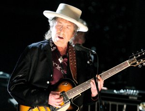 Musician Bob Dylan Performs onstage during the 37th AFI Life Achievement Award: A Tribute to Michael Douglas at Sony Pictures on June 11, 2009 in Culver City, California. (Credit: Kevin Winter/Getty Images for AFI)