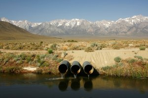 The Los Angeles Aqueduct carries water from the snowcapped Sierra Nevada Mountains to major urban areas of Southern California on May 9, 2008, near Lone Pine. (Credit: David McNew/Getty Images)