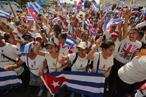 Young people march around the Plaza de la Revolucion and chant 'Yo soy Fidel,' 'I am Fidel' in English, before the arrival of the remains of former Cuban President Fidel Castro during on their four-day journey across the country Dec. 3, 2016 in Santiago de Cuba. (Credit: Chip Somodevilla / Getty Images)