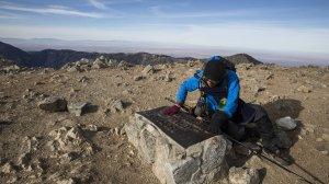 Sam Kim arrives at a plaque atop Mount Baldy. (Credit: Brian van der Brug / Los Angeles Times)