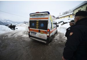 Italian rescuers gather in the town of Farindola as they make their way to the site of an avalanche that engulfed the Hotel Rigopiano, some 7 kilometres away, in earthquake-ravaged central Italy, on January 20, 2017. (Credit: FILIPPO MONTEFORTE/AFP/Getty Images)