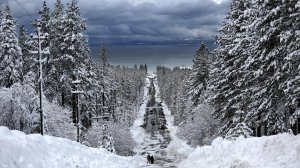 The recent storm dropped large amounts of snow along Ski Run Boulevard in South Lake Tahoe. (Credit: Gary Coronado / Los Angeles Times)