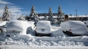 Snow covers vehicles in a parking lot in the Mammoth Lakes earlier this month. (Credit: Brian van der Brug / Los Angeles Times)