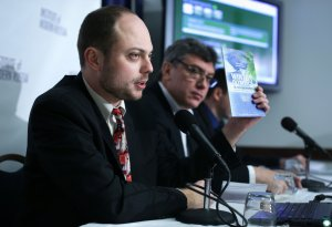 Vladimir Kara-Murza (L) and former Deputy Prime Minister Boris Nemtsov (R) are seen  during a news conference on 'Corruption and Abuse in Sochi Olympics' January 30, 2014 at the National Press Club in Washington, DC. (Credit: Alex Wong/Getty Images)
