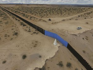 An aerial view shows the metal fence between Mexico, left, and the United States in Puerto Anapra, Chihuahua state, near El Paso, Texas, on Feb 19, 2017. (Credit: YURI CORTEZ/AFP/Getty Images)