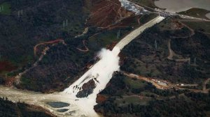 An aerial view shows water rushing out of the Oroville Dam's main spillway on Feb. 21, 2017. (Credit: Marcus Yam / Los Angeles Times)