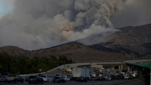 Traffic backs up along the 91 Freeway as the Canyon Fire burns in Corona on Sept. 25, 2017. (Credit: KTLA)