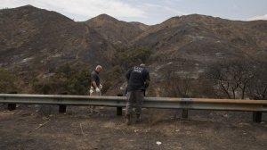 LA Fire Dept. arson investigators search for clues along La Tuna Canyon Rd. (Credit: Allen J. Schaben / Los Angeles Times)