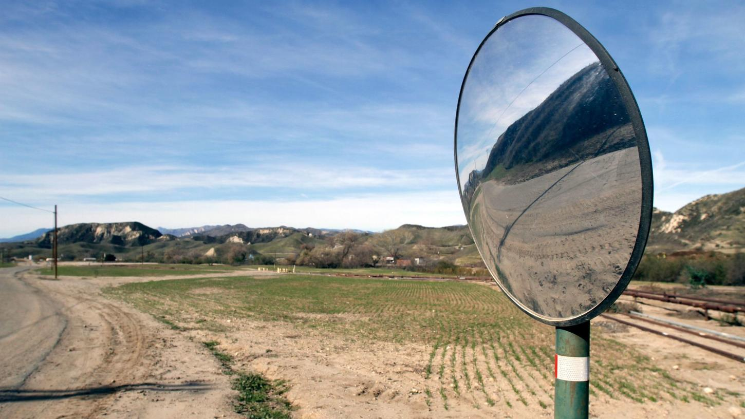 Photo shows Newhall Ranch, the site of a proposed house development, Jan. 13, 2011. (Credit: Ricardo DeAratanha / Los Angeles Times)