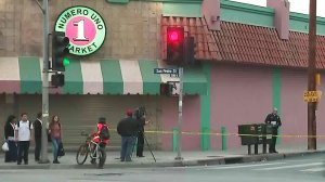 Police investigate the death of a young girl in South Los Angeles on Oct. 19, 2017. (Credit: KTLA)
