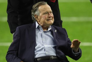 President George H.W. Bush arrives for the coin toss prior to Super Bowl 51 between the Atlanta Falcons and the New England Patriots on Feb. 5, 2017, in Houston, Texas. (Credit: Patrick Smith / Getty Images)