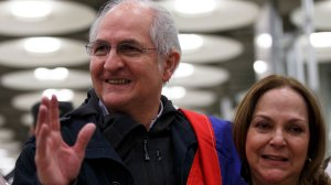 Former mayor of Caracas and Venezuelan opposition leader, Antonio Ledezma, meets his wife Mitzy Capriles during his arrival to Adolfo Suarez Madrid Barajas Airport on Nov. 18, 2017, in Madrid, Spain. (Credit: Pablo Blazquez Dominguez/Getty Images)