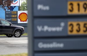 Gasoline prices are displayed at a gas station on May 10, 2017 in San Rafael. (Credit: Justin Sullivan/Getty Images)