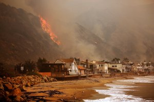 Fire approaches the 101 freeway along Solimar and Faria beaches north of Ventura. (Credit: Al Seib / Los Angeles Times)